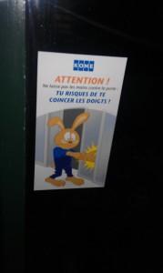 Attention ne laisse pas tes mains contre la porte : tu risques de te coincer les doigts ! KONE - ©www.le-monde-des-lapins.fr