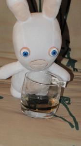 Santé ! Lapin Crétin qui trinque au Whisky - ©www.le-monde-des-lapins.fr